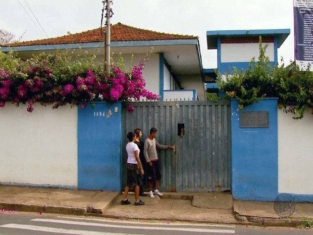 Adolescente leva facada por engano em porta de escola (Foto: Reprodução EPTV)