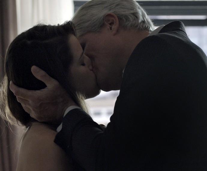 Giovanna marca encontro com outro homem (Foto: TV Globo)