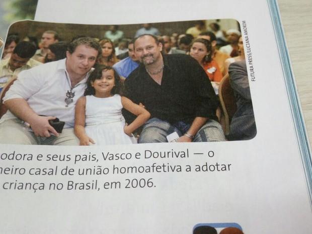 Livro vetado mostra foto de 1° casal gay a adotar criança no Brasil (Foto: Rede Amazônica/ Reprodução)