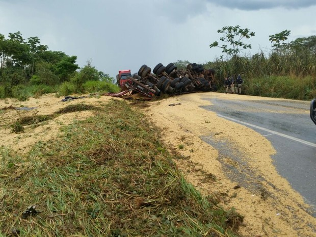 Caminhão tombou entre Ji-Paraná e Ouro Preto (Foto: A Notícia Mais/Reprodução)