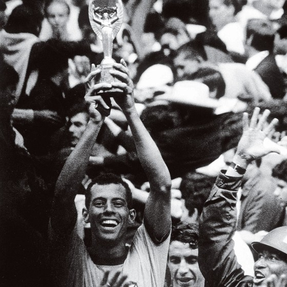 Carlos Alberto beija e ergue a taça Julis Rimet em 1970 (Foto: Popperfoto/Getty Images)