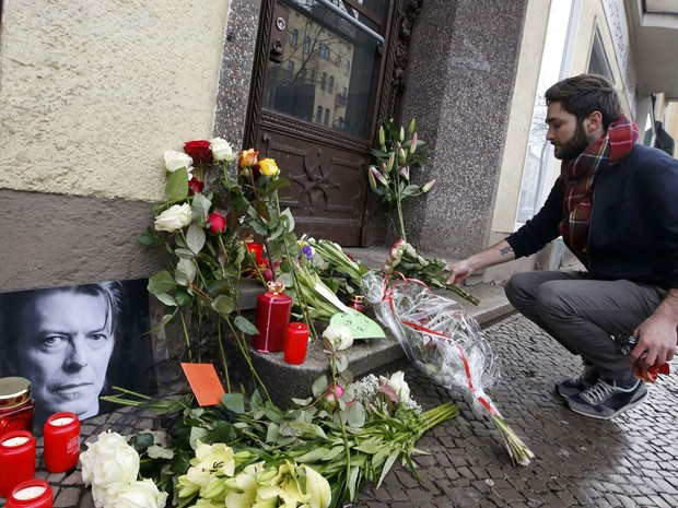 Fã de David Bowie deposita flores em frente ao apartamento em que o cantor morou em Berlim entre  1976 e 1978 (Foto: Fabrizio Bensch/Reuters)