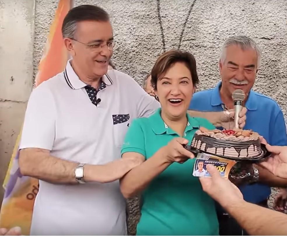 Crespo, Jaqueline, Renato Amary e Carlos Mendonça (assessor) em programa eleitoral exibido na campanha de 2016 em comemoração ao aniversário da vice-prefeita (Foto: Reprodução/YouTube)
