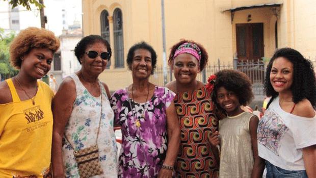 """Mãe e avós de Soffia criaram """"estratégias"""", como bonecas negras e livros sobre cultura africana, para protegê-la do preconceito (Foto: Divulgação)"""