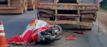 Motociclista morre ao bater em caminhão  (Ariquemes 190/Divulgação)
