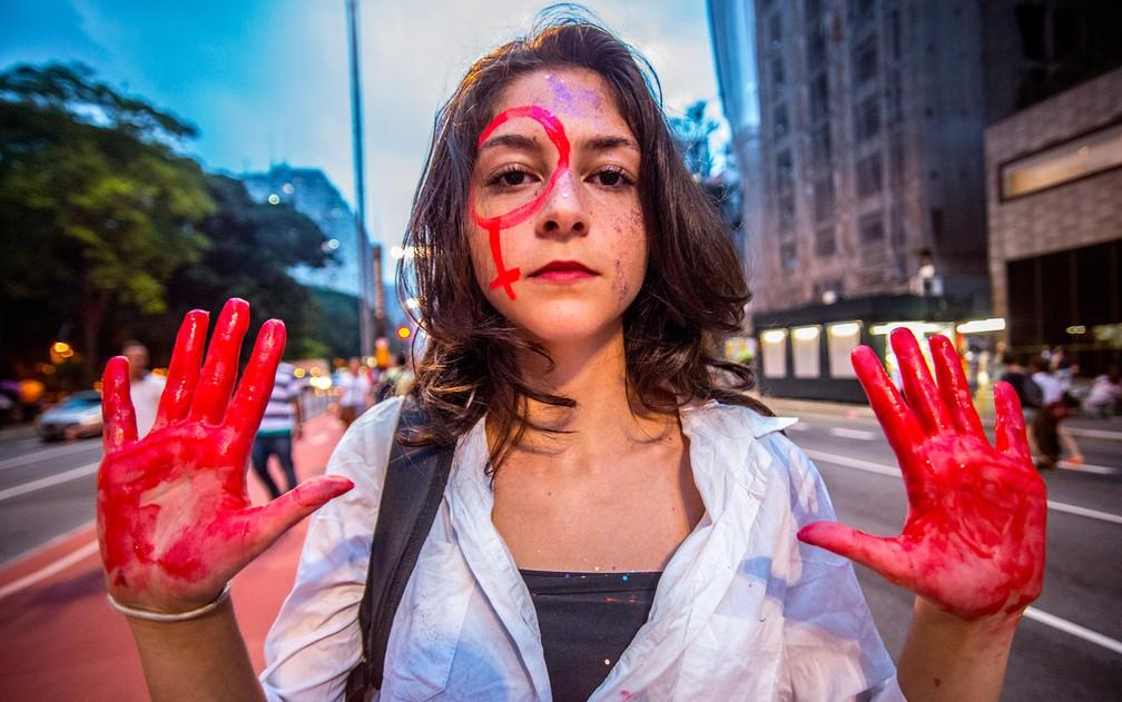 Mulher exibe as mãos durante ato pela legalização do aborto na Avenida Paulista, em São Paulo (Foto: Cris Faga/Fox Press Photo/Estadão Conteúdo)