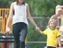 Alessandra Ambrósio curte tarde de  passeio com os filhos em parque