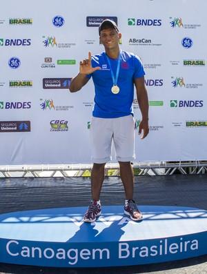 Isaquias Queiroz comemora o 24º título brasileiro na carreira (Foto: Murilo Ribas / Confederação Brasileira de Canoagem)