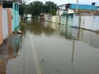 Mar sobe e invade ruas em Atafona, São João da Barra, no RJ