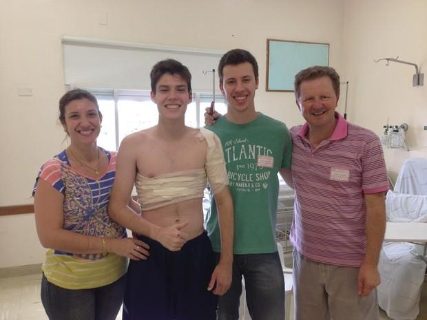 Ainda no hospital, Bruno recebe visita de toda a família (Foto: Bruno Grethe/Arquivo pessoal)