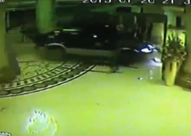 Motorista destruiu porta giratória e invadiu saguão de hotel (Foto: Reprodução/LiveLeak/TwistedLogic)