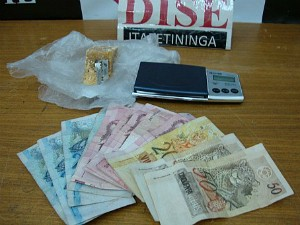 Suspeito foi detido dentro da casa dele, na Vila Paulo Ayres (Foto: Dise)