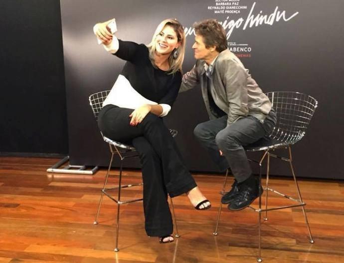 Jessica com Willem Dafoe nos bastidores da entrevista  (Foto: Reprodução / TV Diário )