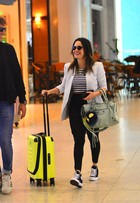 Fernanda Vasconcellos embarca cheia de estilo, com direito a bolsa grifada