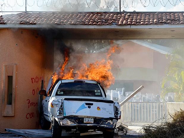 Veículo oficial é incendiado na residência oficial do governador interino de Guerrero, no México (Foto: Alejandrino Gonzalez/AP Photo)
