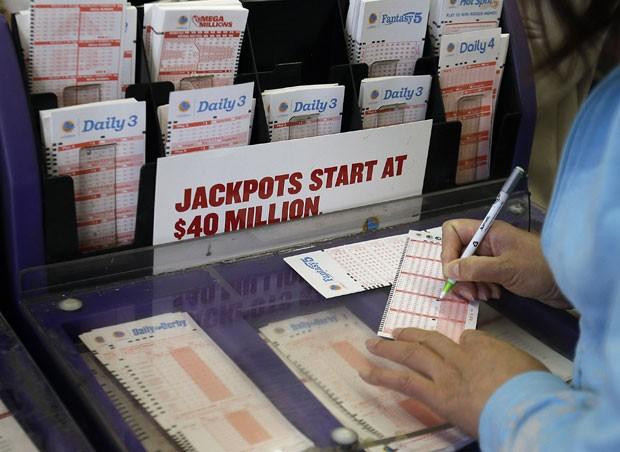 Americanos fazem filas para apostar em loteria milionária (Foto: AP)
