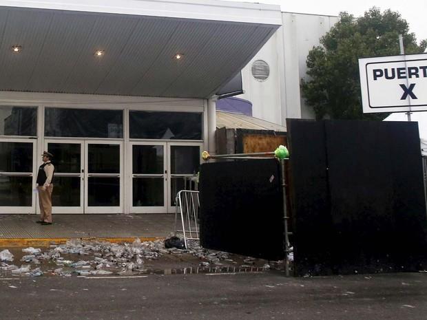 Segurança faz a guarda de um dos portões do local onde houve a festa de música eletrônica em que cindo jovens morreram no dia 16 de abril em Buenos Aires (Foto: REUTERS/Agustin Marcarian)