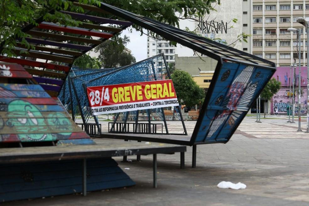 Faixa da greve no Largo da Batata (Foto: Marcelo Brandt/G1 )