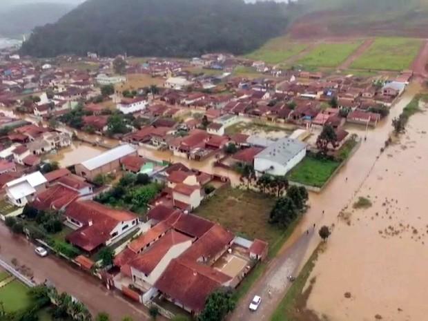 Imagem mostra Itamonte alagada com chuvas no Sul de Minas (Foto: Reprodução EPTV)