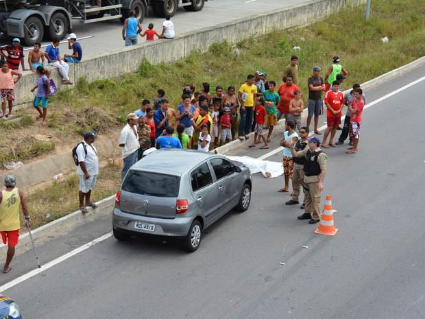 Vítima não atravessou a rodovia pela passarela e acabou sendo atropelado (Foto: Walter Paparazzo/G1)