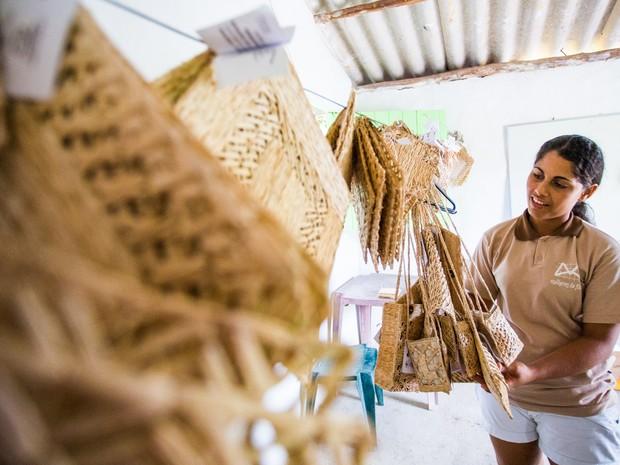 Peças feitas em filé de bananeira grante renda para agricultora artesãs (Foto: Jonathan Lins/G1)