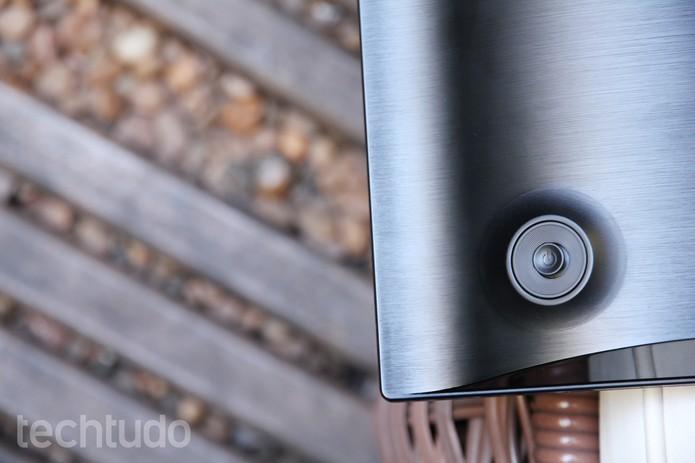 Unico botão do Samsung UD590 fica na parte de trás do monitor (Foto: Anna Kellen Bull/TechTudo)
