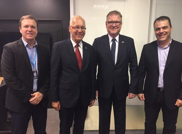 Eurico Meira e Adriano Araldi recebem embaixador da Alemanha e cônsul na sede da RBS TV (Foto: Márcia Callegaro/RBS TV)