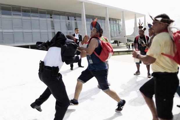 Indígenas brigam com seguranças do Palácio do Planalto durante protesto em Brasília (Foto: Ueslei Marcelino/Reuters)