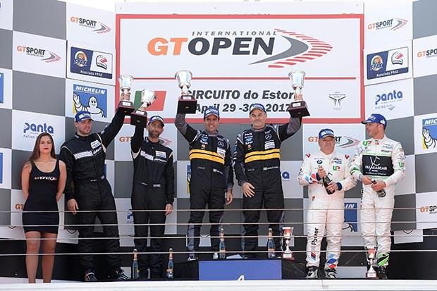Pódio GT Open categoria AM com os brasileiros Nonô Figueiredo e Marcio Basso em P1 na corrida 1 (Foto: Divulgação/FOTOSPEEDY)