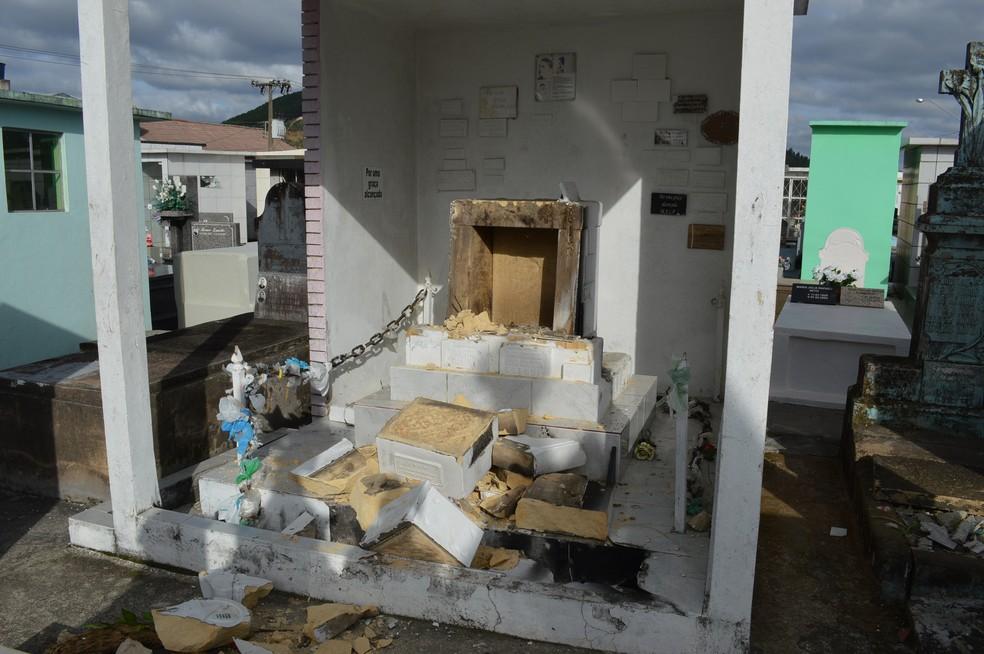 Jazigo de 'irmãos milagreiros' ficou completamente destruído (Foto: Paulo Chagas)