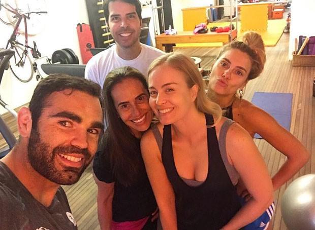 Chico, em primeiro plano, e as alunas (Foto: Reprodução Instagram)