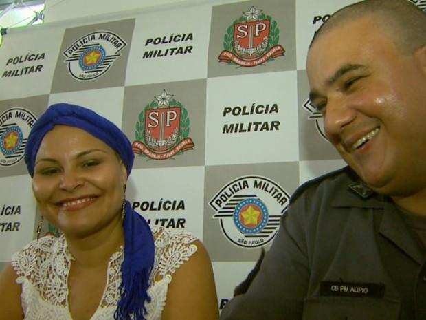 Viviane Freitas e o PM Marco Antônio Alípio Pereira de Carvalho, que idealizou surpresa para colega, que enfrenta câncer de mama em Serra Azul (SP) (Foto: Carlos Trinca/EPTV)