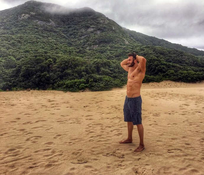 Exibindo o corpo sarado, ex-BBB curte bela paisagem (Foto: Reprodução)