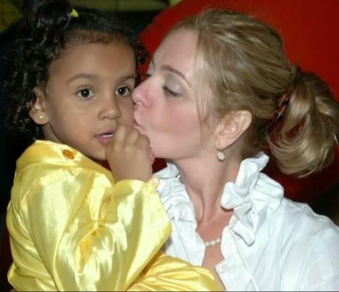Alexandra Richter beija a filha, Gabriela (Foto: Arquivo Pessoal)