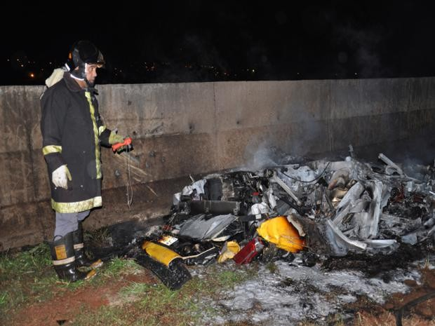 O carro ficou totalmente destruído depois de acidente em Lençóis Paulista (Foto: Billy Mao/Sabadão Lençóis)