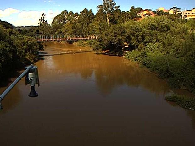 Vista do Rio Sapucaí Mirim a partir da estação hidrológica em Pouso Alegre, MG (Foto: Reprodução/Cemaden)