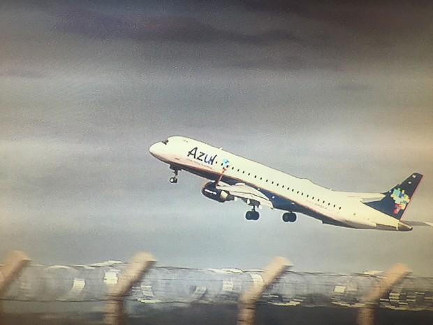 Avião com Cachoeira e Cláudio Abreu saiu de Goiânia para o RJ (Foto: Reprodução/TV Anhanguera)