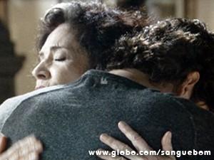 Glória consola o rapaz, sem saber que ele é seu neto (Foto: Sangue Bom/TV Globo)