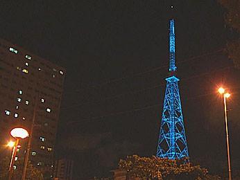 Torre da Globo Nordeste fica azulada para lembrar do autismo (Foto: Reprodução / TV Globo)