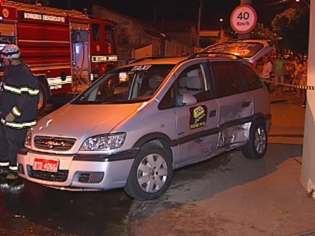 Carro atingiu um táxi e dois passageiros ficaram feridos  (Foto: reprodução/TV Tem)