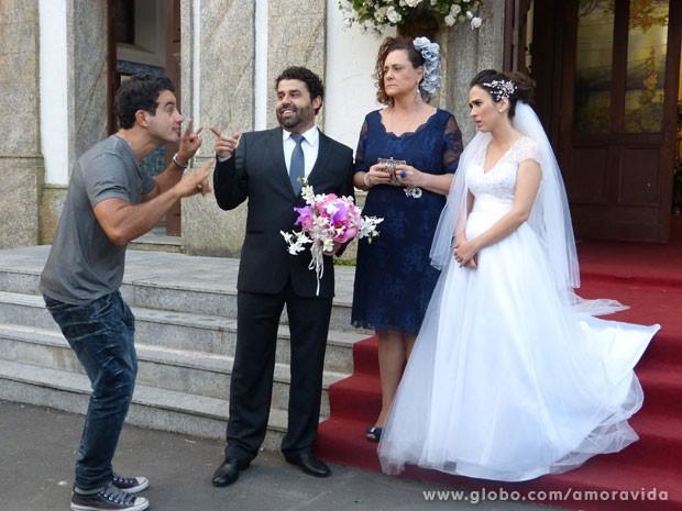 Carlito é o único que comemora o fracasso do casamento (Foto: Amor à Vida/ TV Globo)