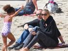 Heidi Klum curte praia com o namorado e os filhos