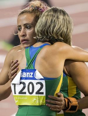 Terezinha Guilherme e abraçada por Thalita Simplício após ficar com a prata nos 400m T11 do Mundial Paralímpico de Doha, no Catar (Foto: Daniel Zappe/CPB)