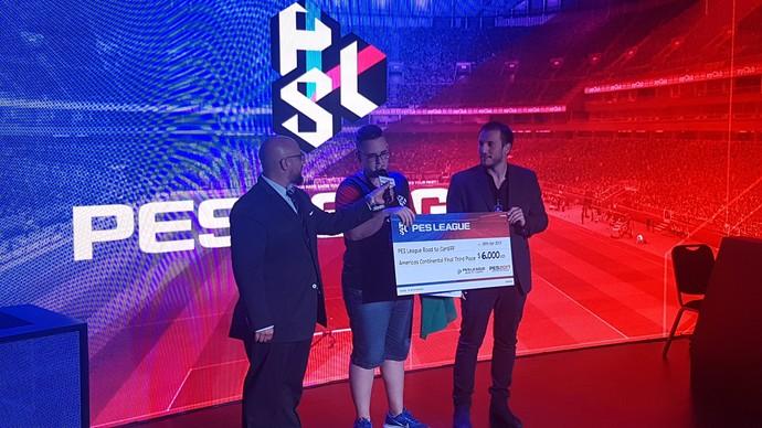 GuiFera recebe o prêmio de US$ 6 mil pela terceira colocação (Foto: Chandy Teixeira)