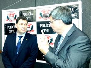 O delegado geral Youssef Abou Chahin ao lado do diretor do Deinter-9 Paulo Afonso Bicudo (Foto: Suzana Amyuni/G1)