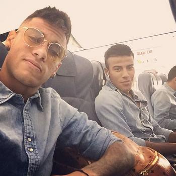 Neymar e Rafinha rumo a Madri (Foto: Reprodução / Instagram)