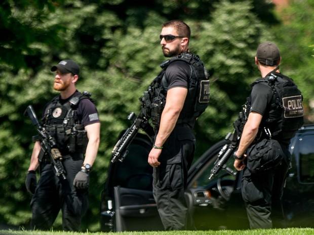 Agentes do Serviço Secreto dos Estados Unidos vigiam a ala norte da Casa Branca após relatos de tiros perto do edifício (Foto: AP Photo/Andrew Harnik)