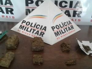 Itens arremessados na Cadeia Pública em Bambuí (Foto: PM/Divulgação)