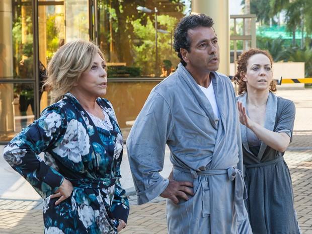 A atriz em cena de Babilônia, ao lado de Marcos Palmeira e Arlete Salles (Foto: Artur Meninea/Gshow)