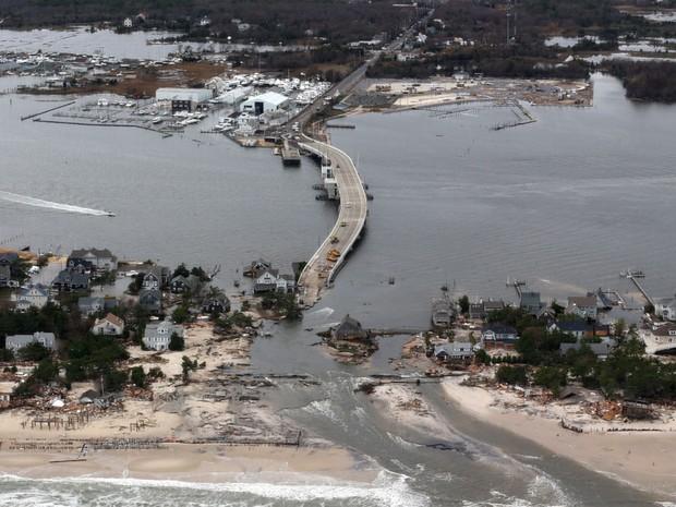 31 de outubro - Vista aérea dos estragos da supertempestade Sandy em Mantoloking, Nva Jersey (Foto: Doug Mills/AP)